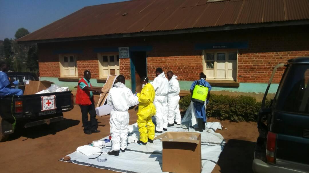 Des agents de riposte en préparatif pour la prise en charge des malades